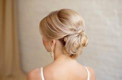 Tylni widok żeńskiej fryzury środkowa babeczka z blondynem zdjęcie royalty free