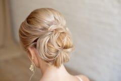 Tylni widok żeńskiej fryzury środkowa babeczka z blondynem obrazy royalty free