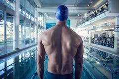 Tylni widok bez koszuli pływaczka basenem przy czasu wolnego centrum Fotografia Royalty Free