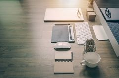 Tylni widok biurowego biurka praca z komputerem, laptop, dostawy Zdjęcia Royalty Free