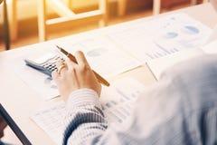 Tylni widok biznesowy azjatykci mężczyzna kalkuluje z analizuje rezultat su Obrazy Royalty Free