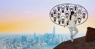 Tylni widok bizneswoman na dachowych rysunkowych żarówkach w w powietrzu Zdjęcie Stock