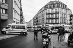 Tylni widok CRS francuza policja na ulicie przy Żółtej kurtki moveme fotografia royalty free