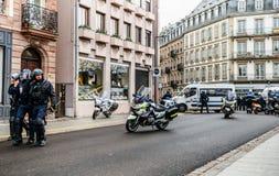Tylni widok CRS francuza policja na ulicie przy Żółtej kurtki moveme zdjęcie stock