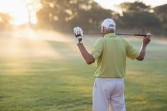 Tylni widok dojrzały golfisty przewożenia kij golfowy Fotografia Royalty Free