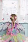 Tylni widok dziewczyna W Czarodziejskim kostiumu Zdjęcia Royalty Free