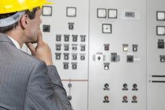 Tylni widok egzamininuje kontrolnego pokój w przemysle męski nadzorca Obrazy Stock