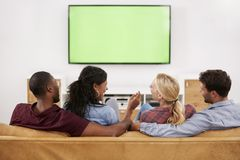 Tylni widok grupa Młodzi przyjaciele Ogląda telewizję Wpólnie Obraz Royalty Free