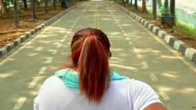 Tylni widok jogging przy parkiem z nadwagą kobieta zbiory