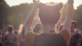 Tylni widok kobieta taniec wśród jaskrawych sunbeams zbiory wideo