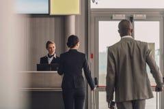 tylni widok kolejka biznesmeni przy lotniskowym czekiem obraz royalty free