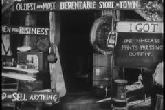 Tylni widok mężczyzna writing na blackboard przed prowizorycznym sklepem zbiory