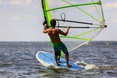 Tylni widok młody windsurfer Zdjęcia Royalty Free