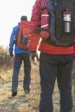 Tylni widok męscy wycieczkowicze w polu Zdjęcia Stock