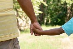 Tylni widok ojca i syna mienia ręki Obraz Stock