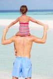 Tylni widok ojca przewożenia córka Na Plażowym wakacje Obraz Stock
