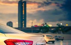 Tylni widok parkujący w mieście blisko wysokiego budynku samochód po tym jak deszcz, chmury i i wodną kropelkę popielatym i pomar Obraz Royalty Free