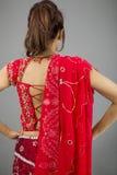Tylni widok potomstwo kobiety Indiańska pozycja z jej rękami akimbo Fotografia Stock