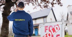 Tylni widok pracownik ochrony pozycja znak deską z tekstem Obraz Royalty Free