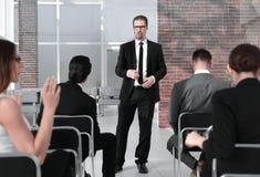 Tylni widok przedsiębiorcy podczas konwersatorium zdjęcie stock