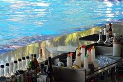 Tylni widok przygotowywający słuzyć napoje Poolside bar Obrazy Stock
