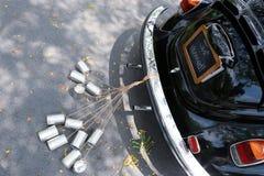 Tylni widok rocznika samochód z właśnie zamężnym znakiem Fotografia Royalty Free