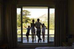 Tylni widok rodzina Na Balkonowy Przyglądającym Out Na Nowym dniu Obrazy Royalty Free