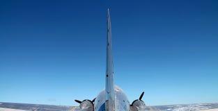 Tylni widok samolot w locie fotografia royalty free