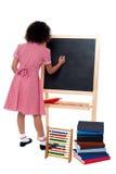Tylni widok szkolna dziewczyna w maths klasie Zdjęcie Stock