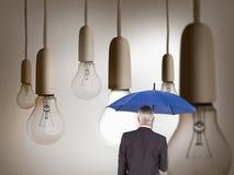 Tylni widok trzyma błękitnego parasol dojrzały biznesmen Fotografia Stock