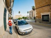 Tylni widok turystyczny kobiety odprowadzenie w kierunku Placa pacyfika?u Felanitx obrazy stock