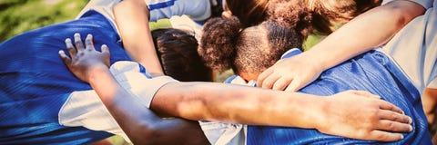 Tylni widok tworzy skupisko piłki nożnej drużyna obrazy royalty free