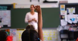 Tylni widok uczennicy d?wigania r?ka w sali lekcyjnej 4k zdjęcie wideo
