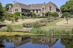 Tylni widok Wielka Chalfield rezydencja ziemska Odbijał w jeziorze Zdjęcie Stock