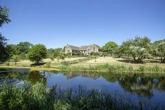 Tylni widok Wielka Chalfield rezydencja ziemska Patrzeje przez małego jezioro Fotografia Stock