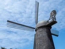 Tylni widok wielki wiatraczek wśród niebieskiego nieba zdjęcie royalty free
