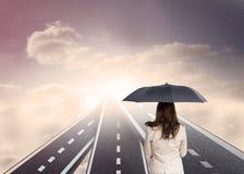 Tylni widok z klasą bizneswomanu mienia parasol Fotografia Royalty Free