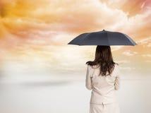 Tylni widok z klasą bizneswomanu mienia parasol Zdjęcia Royalty Free