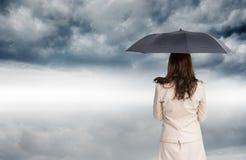 Tylni widok z klasą bizneswomanu mienia parasol Zdjęcia Stock