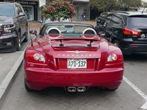 Tylni widoku Chrysler Crossfire kabriolet parkujący w Lima Zdjęcia Royalty Free