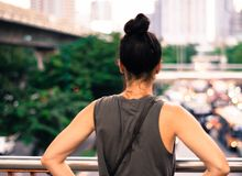 Tylni widoku młodych kobiet widoku uliczny portret zdjęcie royalty free