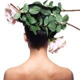 Tylni widoku portret kobieta z menchiami kwitnie w włosy zdjęcia stock