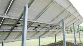 Tylny bocznego widoku rzędów szyk polycrystalline silikonowy photovoltaics w energii słonecznej roślinie lub ogniwa słoneczne zbiory wideo