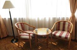 tylny krzeseł odpoczynku dwa okno drewno zdjęcia stock