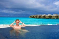 tylny mężczyzna oceanu basen bawi się potomstwa Obraz Royalty Free