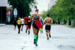 Tylny młoda kobieta biegacz zdjęcie stock