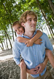 tylny ojciec daje prosiątka przejażdżki syna Obraz Stock