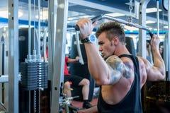 Tylny widok ćwiczy na symulancie bodybuilder Obrazy Stock