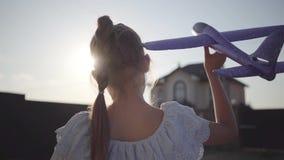 Tylny widok śliczna mała dziewczynka bawić się z małym samolotem w górę Dziecko wydaje czas outdoors w podwórko zbiory