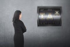 Tylny widok azjatykcia biznesowej kobiety przyglądająca odpierająca cyfra z podatkiem Zdjęcia Royalty Free